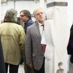 Bürgermeister Werner Elsässer vor der Stele von Adolf Schön