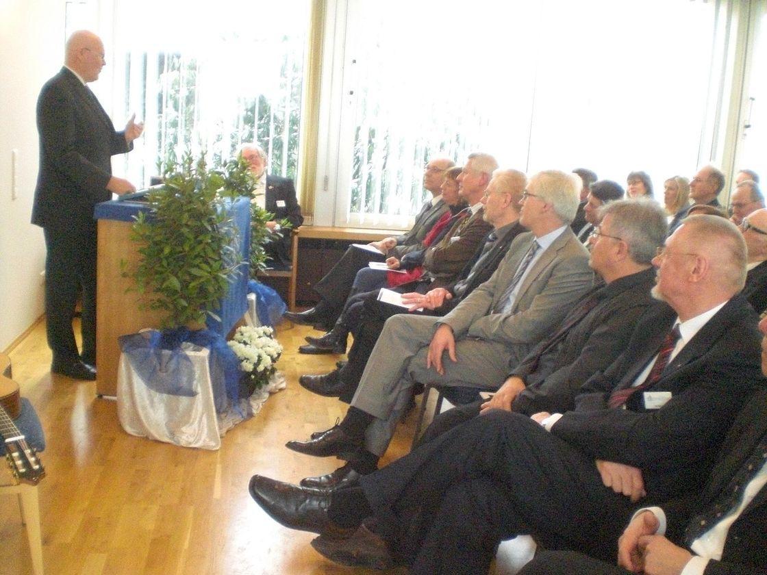 Prof. Dr. Hans-Hermann Höhmann, Redner der Großloge A.F.u.A.M.v.D., referiert vor zahlreichen Zuhörern in Nienburg