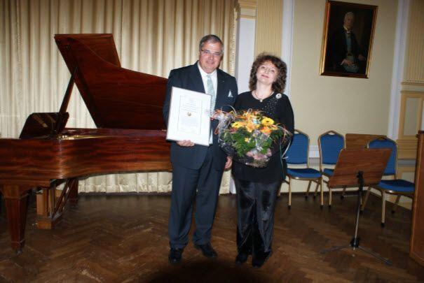 Die 1.Vorsitzende der Musik- und Kunstakademie e.V., Victoria Valentin, und der Meister vom Stuhl der Loge zur Weltkugel, Thomas Fischer bei der Übergabe des Förderpreises 2014.