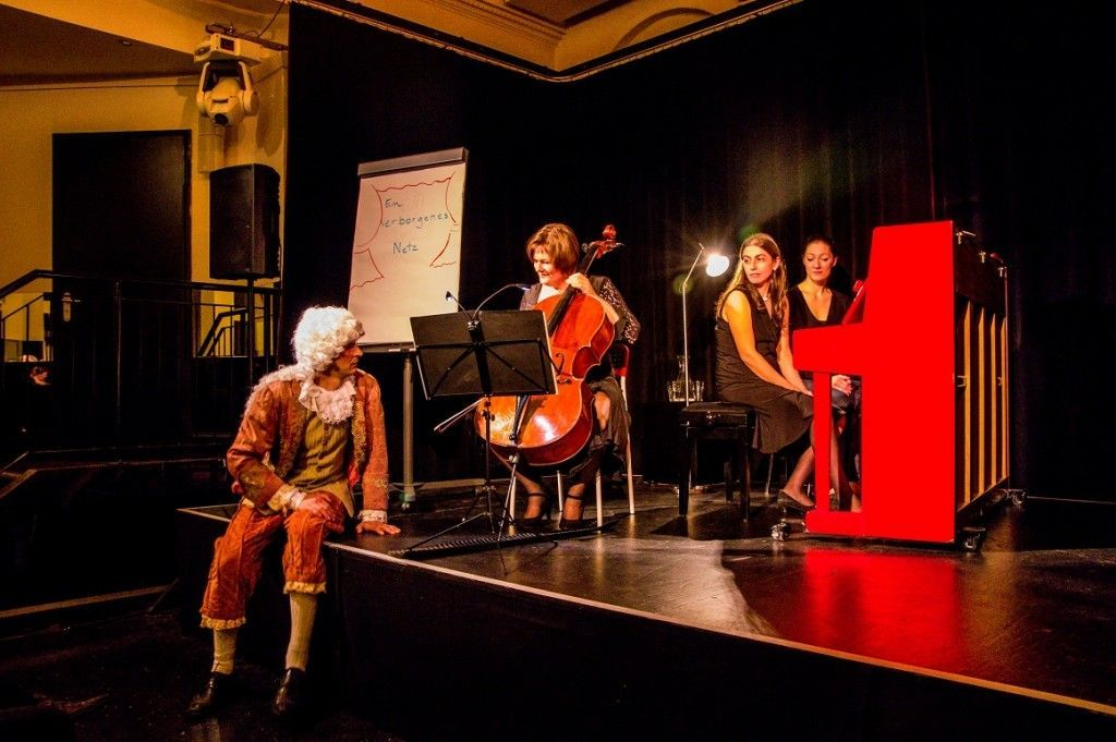 Katja Zakotnik am Cello, Naila Alvarenga am Klavier, im Vordergrund der Schauspieler Dirk Bode als Francesco Geminiani. (Foto: Matthias Kuhaupt)