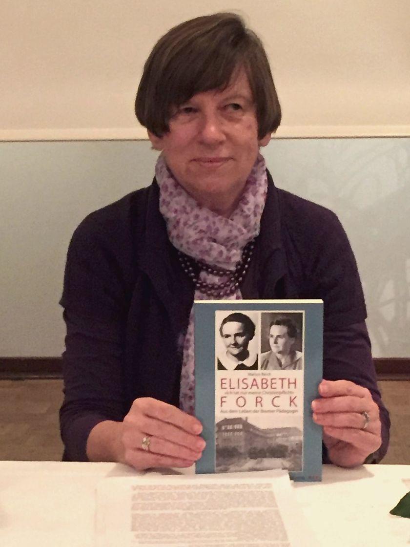 Marion Reich mit ihrem Buch über Elisabeth Forck