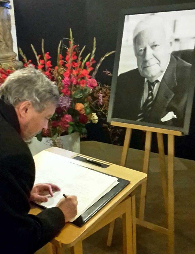 Großmeister Stephan Roth-Kleyer trägt sich in das Kondolenzbuch ein.