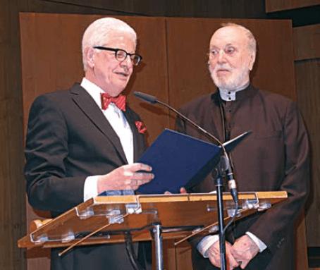 Der damalige Großmeister Axel Pohlmann und Prof. Kurt Masur bei der Preisvergabe (Foto: Hartwig Kloevekorn)