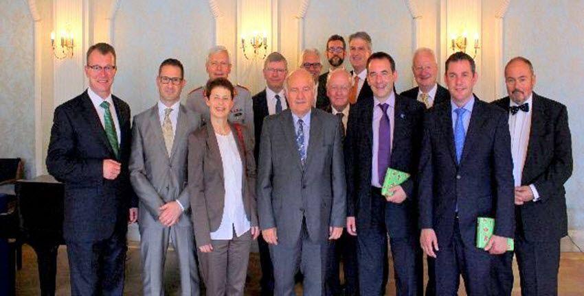 Vorn v.li.:  D.Börgers (MvSt), S.Landau (Jüd. Gem.), Dr. Preusse-Hüther (Diltheyschule),W.Nickel (Stadtverordneter), H.Klee (Landtagsabgeordneter), Staatsminister Lorz,  U.Kotthoff (Casinogesellschaft), S.Gerich (Oberbürgermeister), L. Hausberg (Distriktsmeister)