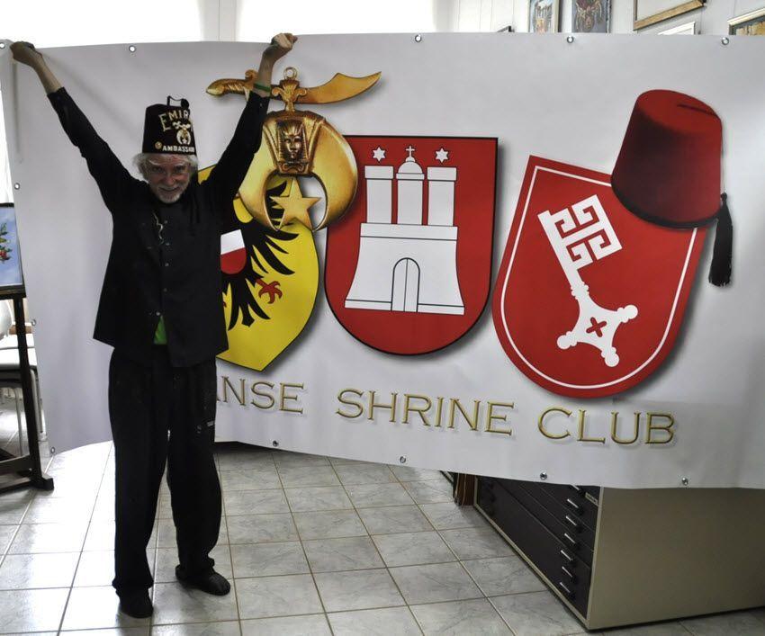 Jens Rusch vor dem Banner der Hanse Shriners