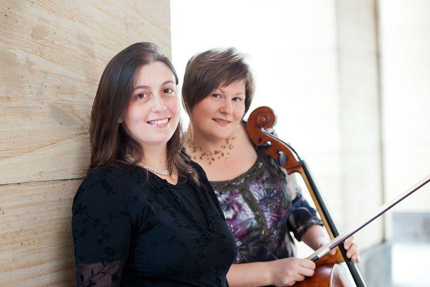Die Musikerinnen Katja Zakotnik (Cello) und Naila Alvarenga (Klavier)