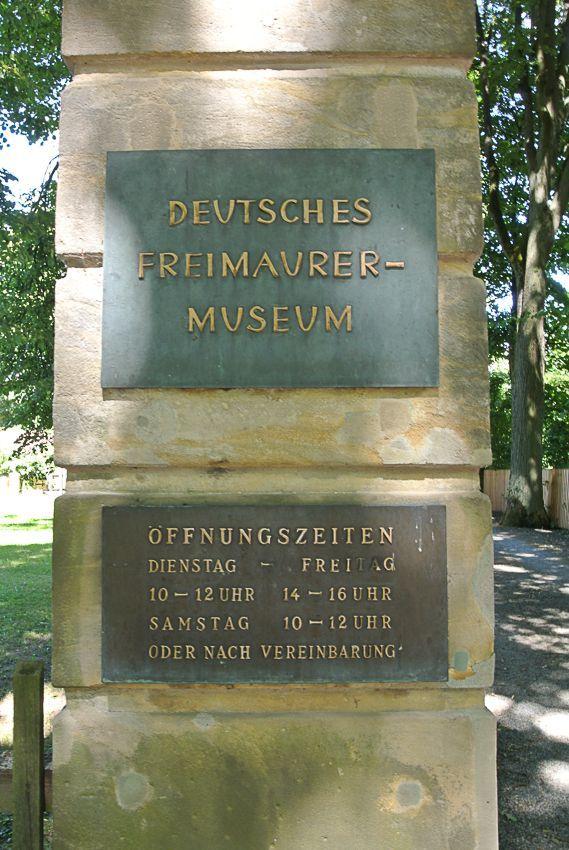 Das Portal am Hofgarten weist dezent auf das Museum hin.