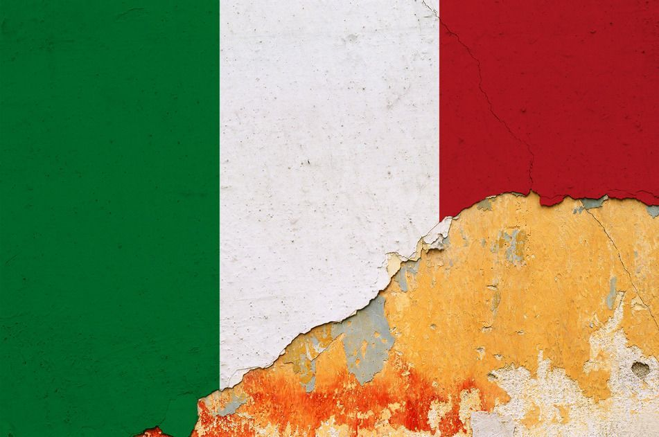 italian flag grunge wall