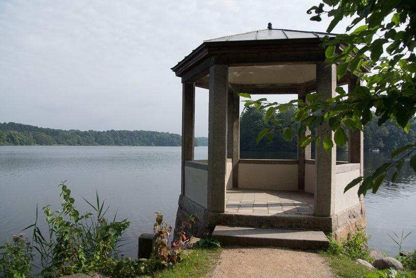Der Seepavillon, dessen dritte Stufe früher durch das Wasser führte
