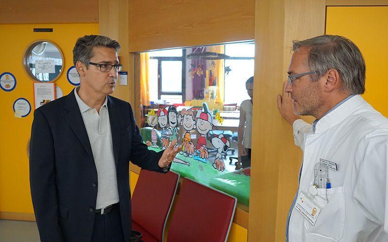 Der Vorsitzende der Loge, Prof. Dr. med. Marc Schurr, im Gespräch mit dem leitenden Oberarzt der Kinderchirurgie, Dr. med. Hans-Joachim Kirschner