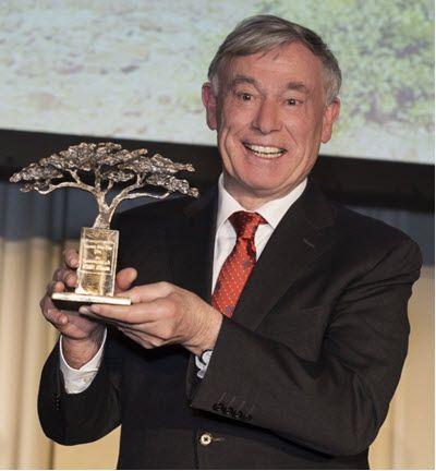 Bundespräsident a.D. Horst Köhler mit dem Preis der Stiftung Menschen für Menschen (Foto: Stiftung Menschen für Menschen)