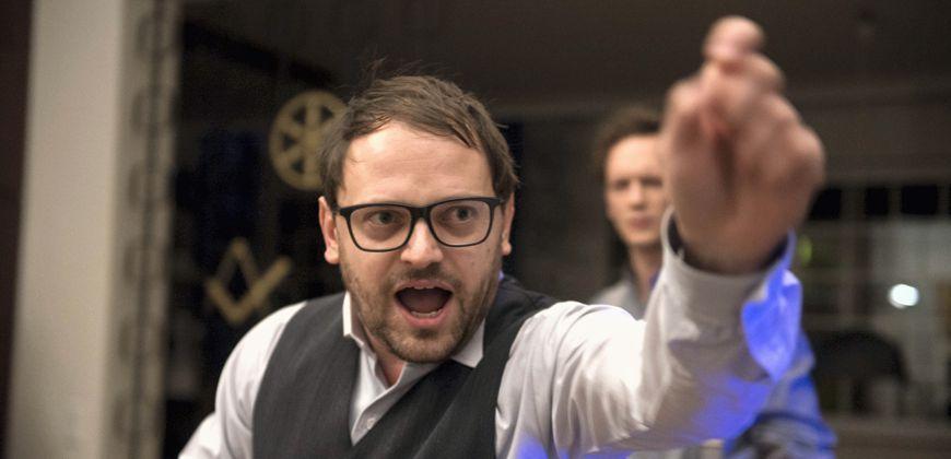 Stefan Haschke als Falk, Janosch Schulte im Hintergrund als Ernst. Szenenfoto aus