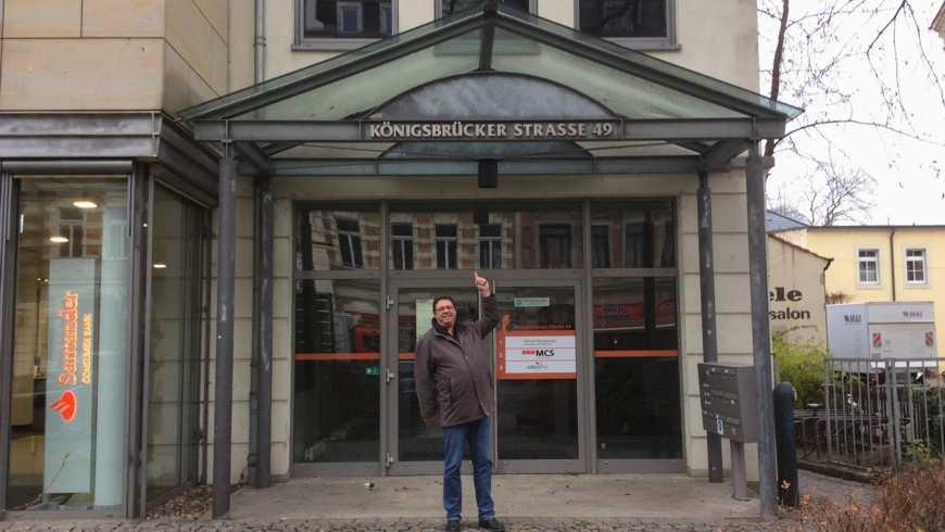 """Ralf Hartung vor dem Logenhaus der Loge """"Zu den Ehernen Säulen"""""""