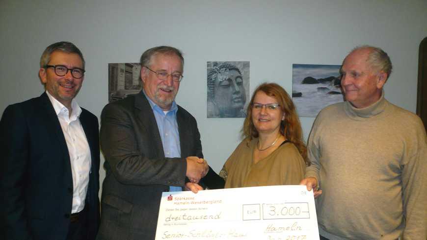 Der Vorsitzende Reinhard Burdinski überreicht Anja Schmitt den Scheck der Hamelner Bruderschaft
