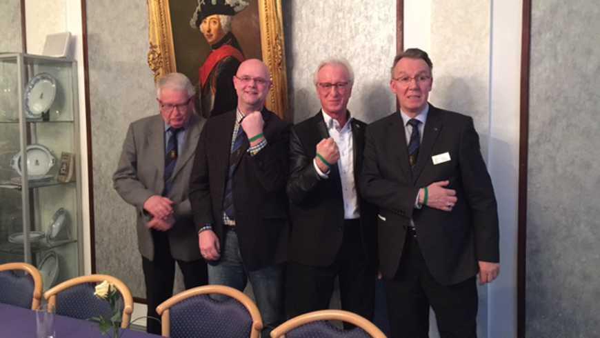 """Vegesacker Brüder zeigen die grünen Armbänder des Vereins """"Stark gegen Krebs"""""""
