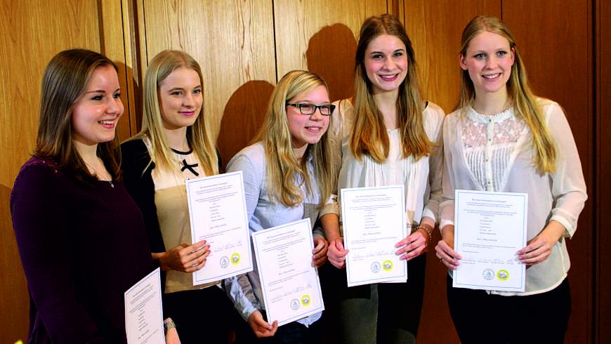 Preisträgerinnen des Wettbewerbs der Logen in Nienburg und Hoya