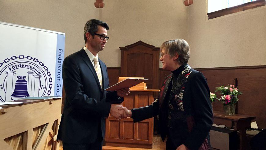 Prof. Dr. Marc Schurr, Vorsitzender der Loge, übergibt den Kulturpreis 2017 an Frau Karin Hurle, Leiterin der Musikschule