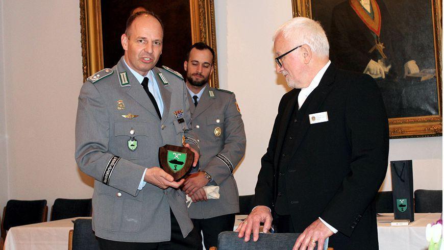 Der Bataillonskommandeur, Oberstleutnant Thomas Zimmer, überreicht dem Vorsitzenden, Friedrich Dodo de Boer, ein Gastgeschenk (Quelle: Bundeswehr /David Schütze)