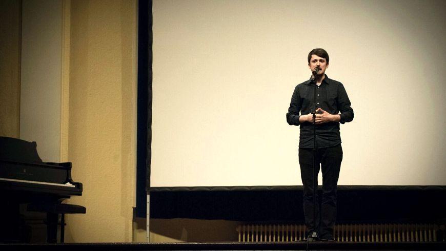 Fabian Navarro als Sieger des Konrad Ekhof Poetry Slam (Bild: lotariat.de)