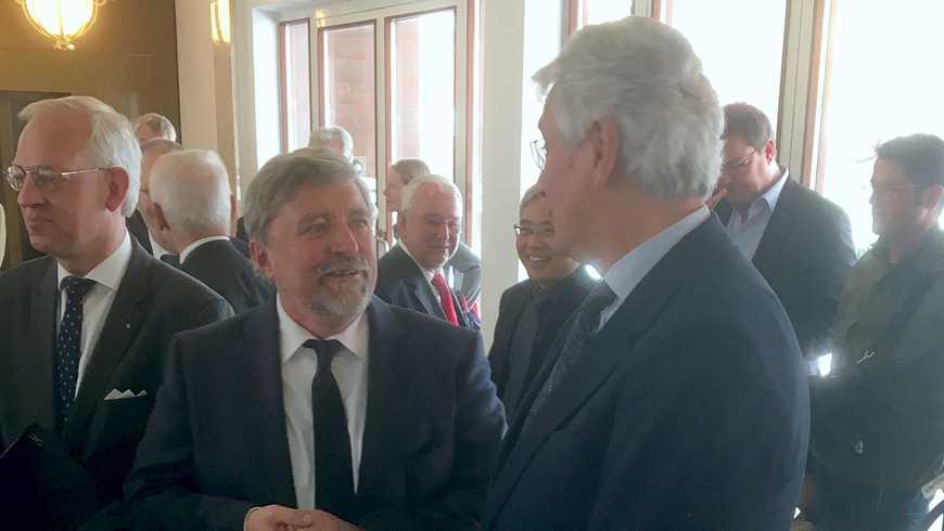 Der Großmeister Prof. dr. Roth-Kleyer (Mitte) im Gespräch mit dem Hauptpastor Röder, links Distriktmeister Stuwe