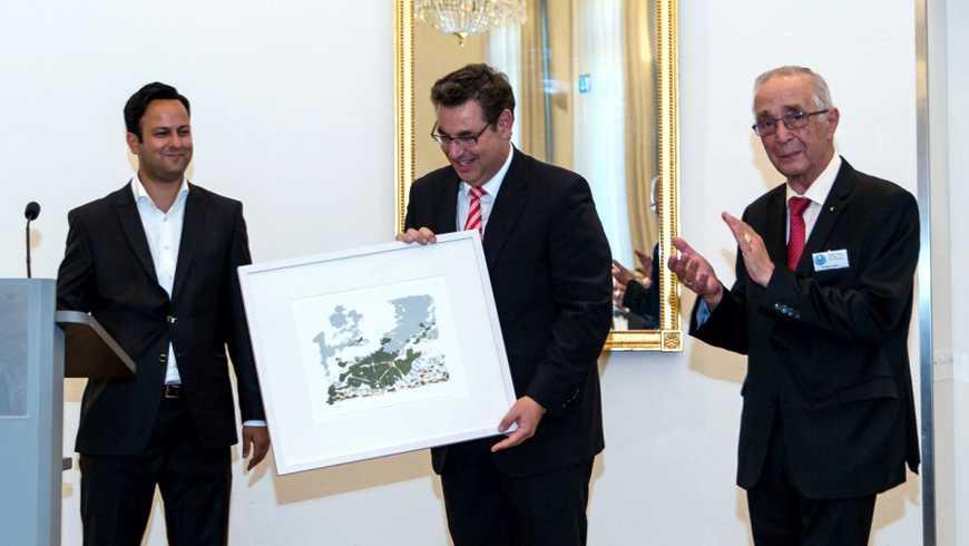 Von links: OB-Vertreter Parsa Marvi, M.v.St. Evangelos Aneziris (