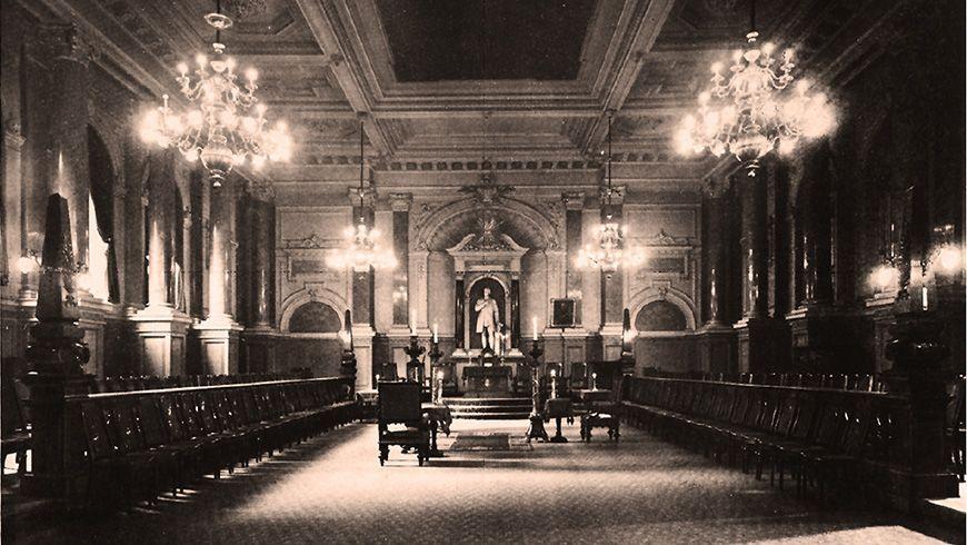 Der ursprüngliche  prachtvolle Raum mit der Schröderstatue im Logenhaus der Welckerstraße