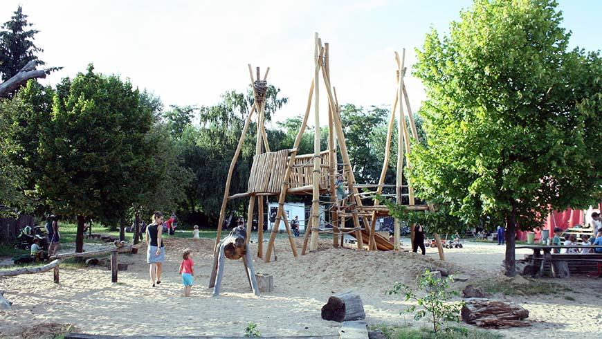 Das neu erbaute Klettergerüst – noch ohne Sonnensegel