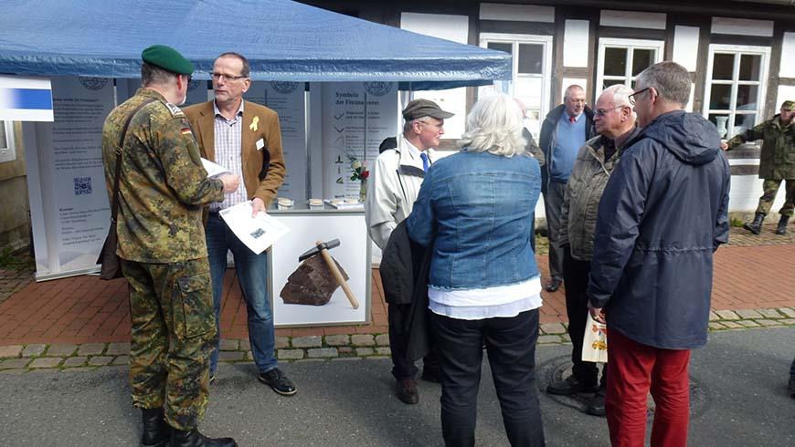 Nienburger Freimaurer an ihrem Informationsstand anlässlich der 60-Jahr-Feier der Bundeswehr in Nienburg