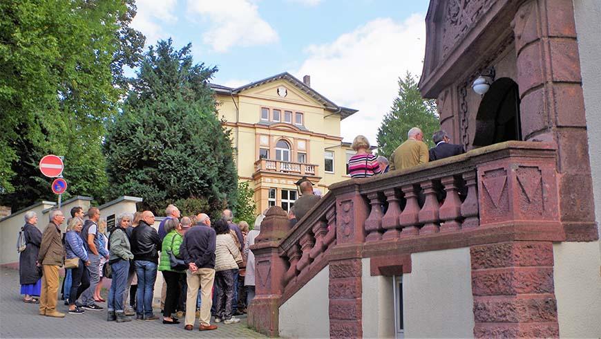 Gäste versammeln sich kurz vor Beginn der ersten Führung durch das Wetzlarer Logenhaus. Foto: Franzmann