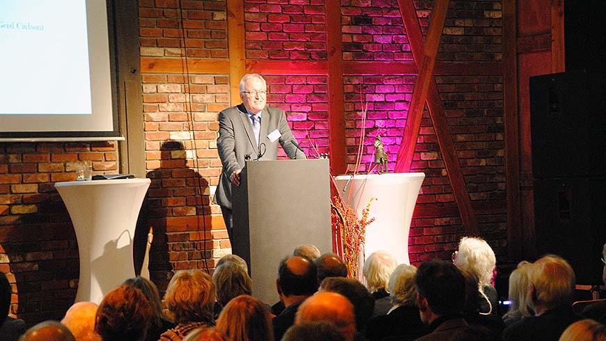 Der Vorsitzende Gerd Carlson begrüßt die Anwesenden