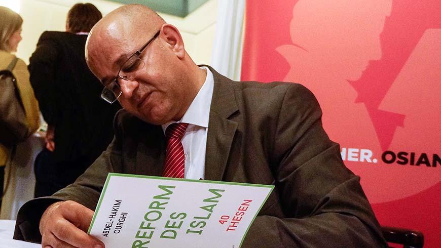 """Dr. Abdel -Hakim Ourghi signierte nach seinem Vortrag in der Reutlinger Loge sein neues Buch """"Reform des Islam""""."""