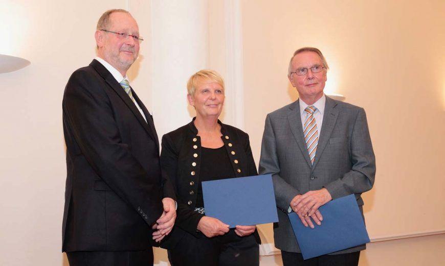 Jochen Thierig als Meister der Loge überreicht den Vertretern des Aha.Museums und der Wolfenbütteler Heimatstiftung eine Spende.