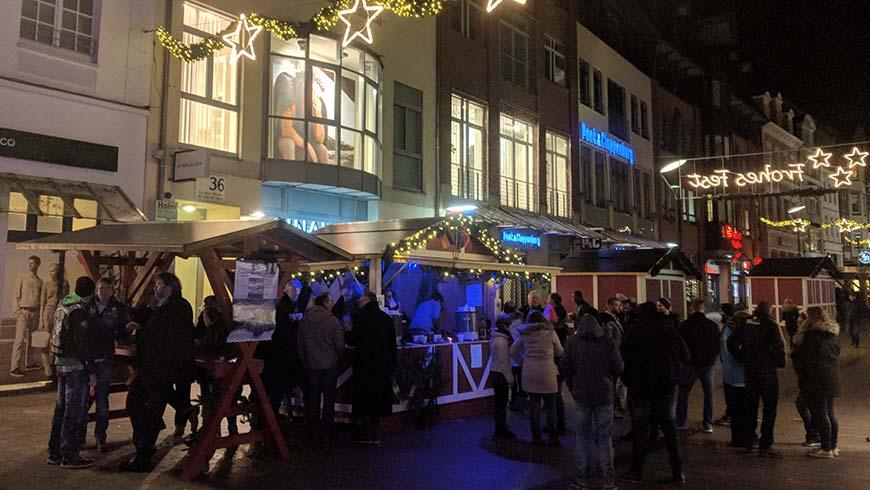 Auf der längsten Punschmeile Norddeutschlands trafen sich viele Menschen zu guten Gesprächen an der karitativen Hütte des Logenhauses zu Flensburg.