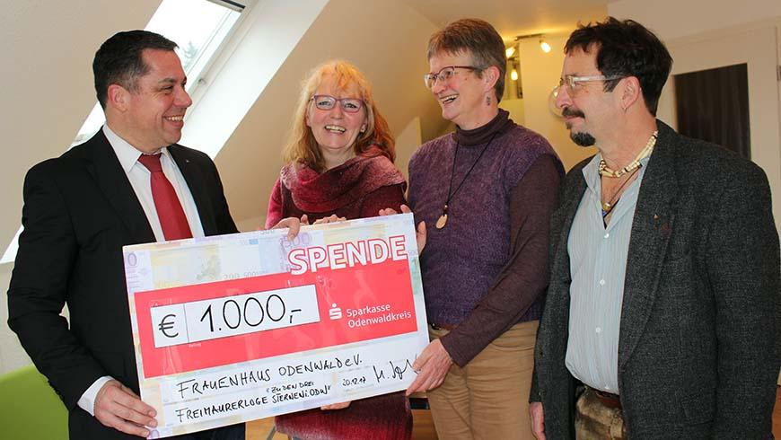 Der Vorsitzende Matthias Volks (links) und Logenmitglied Dieter Heusel (rechts) überreichen eine Spende an die Frauenhausbeauftragten Heike Libal-Meyer (2, v. links) und Annegret Vogel (2. von rechts). Foto: Ernst Schmerker