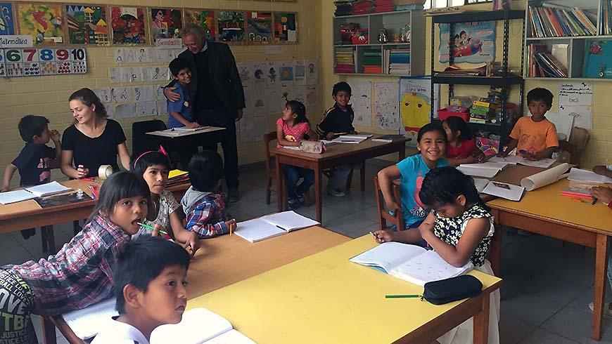 Dr. Ranko Pavlovic (im HIntergrund) besucht das Kinderdorf in Peru
