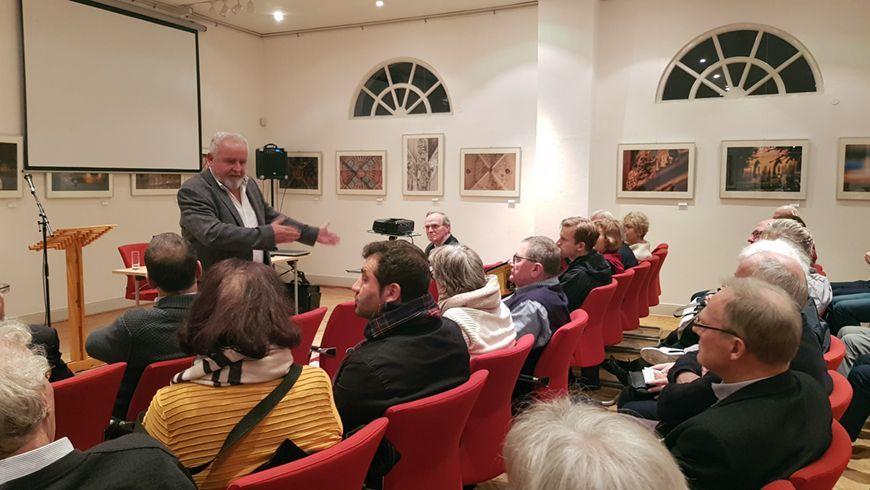 Dr. med Reinhard Erös bei seinem Vortrag in Nienburg