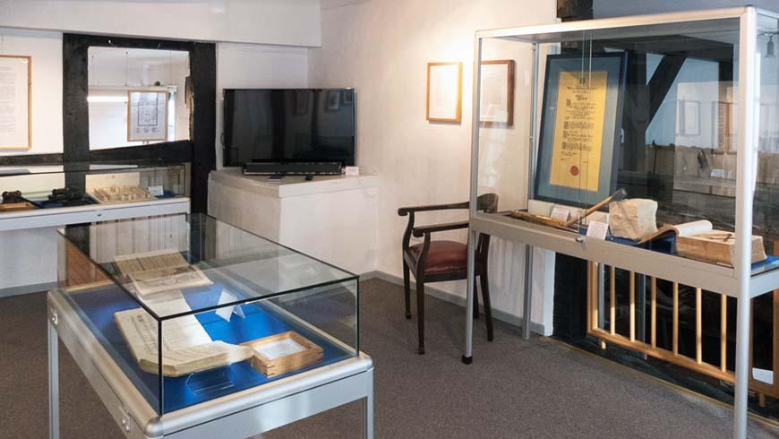Mehrere Vitrinen in zwei Räumen führen in die Geschichte der Loge ein