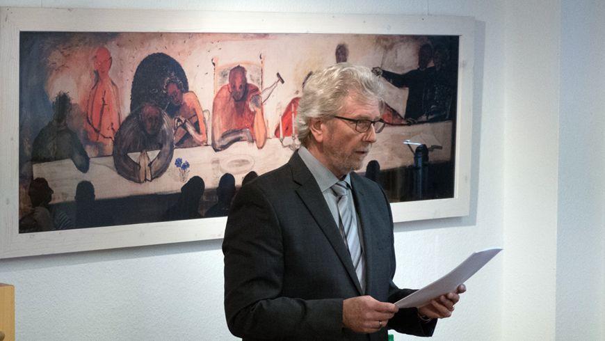 Hasso Henke im Heimatmuseum Hoya, im Hintergrund ein Reprint eines zeitgenössischen Logengemäldes des Martfelder Künstlers und Freimaurers Dietmar Brandstädter