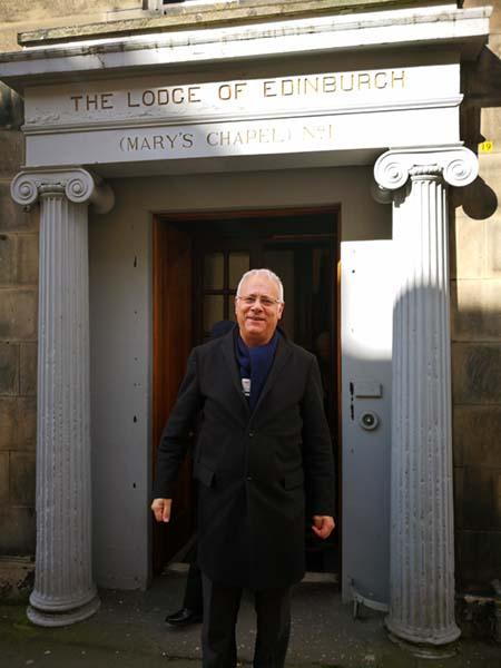 Der Meister vom Stuhl Dib Saad vor dem Eingang des schottischen Logenhauses