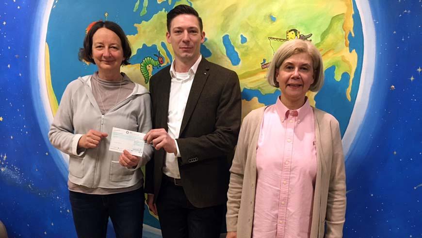 Übergabe der Spende durch Sascha Klein an das Kinder Palliative Care Team