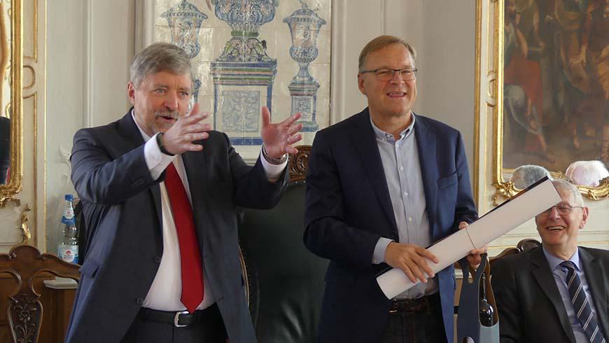 Großmeister und Bambergs Oberbürgermeister Andreas Starke gut gelaunt vor dem Großlogenrat