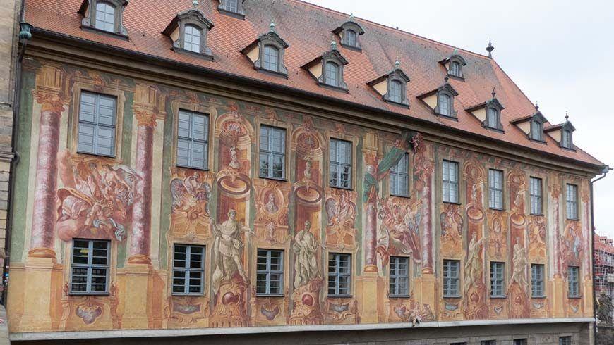 Detailreiche Ornamentmalerei an der Fassade des Alten Rathauses