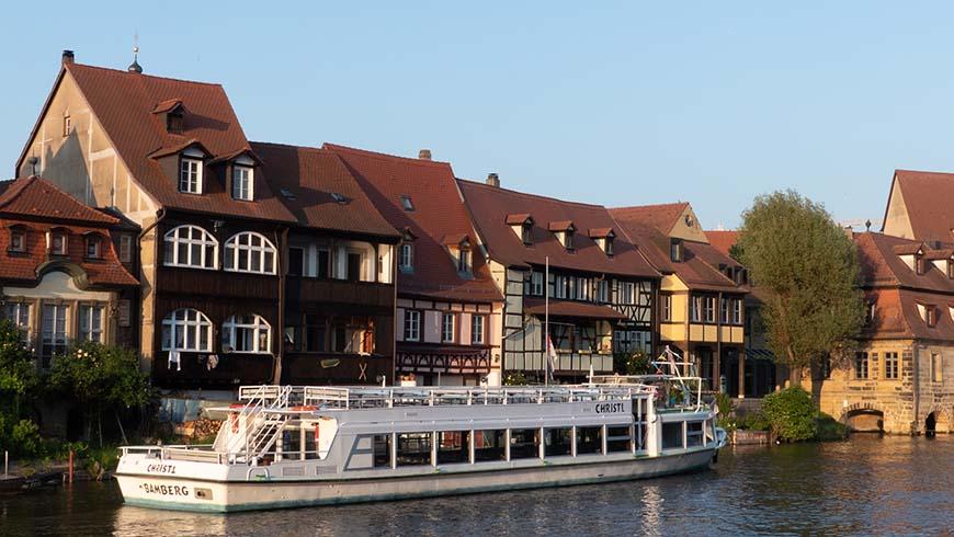 Ausflugsschiff vor der idyllischen Kulisse Bambergs