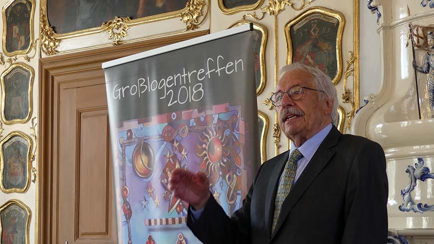 Altgroßmeister Jens Oberheide erklärt dem Bamberger Oberbürgermeister den Arbeitsteppich der Freimaurer.