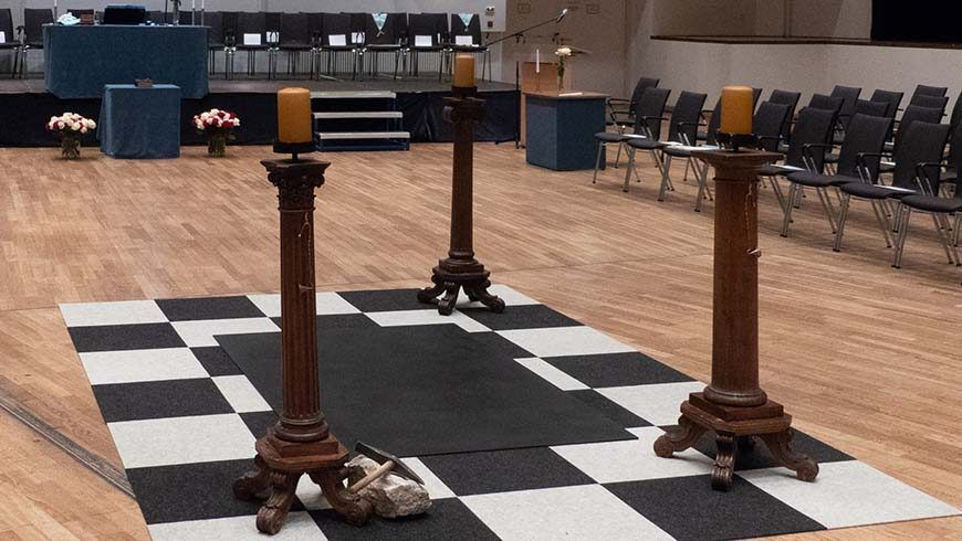Blick in den zum Ritualraum umgestalteten Kongress-Saal