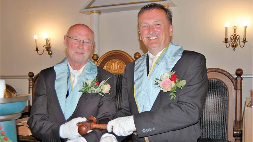 Dr. Walter Staaden (links) übergibt den ersten Hammer der Loge an Martin Marx. Foto: Fischer
