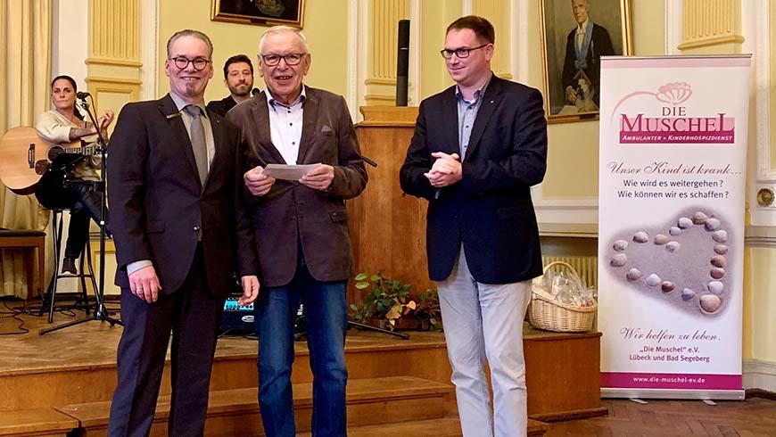 """Cay-Theodor Zügel ( Vorsitzender Loge zur Weltkugel ), Jürgen Zühlke (""""Die Muschel e.V."""" ), Jan Lindenau (Lübecker Bürgermeister) © Loge zur Weltkugel"""