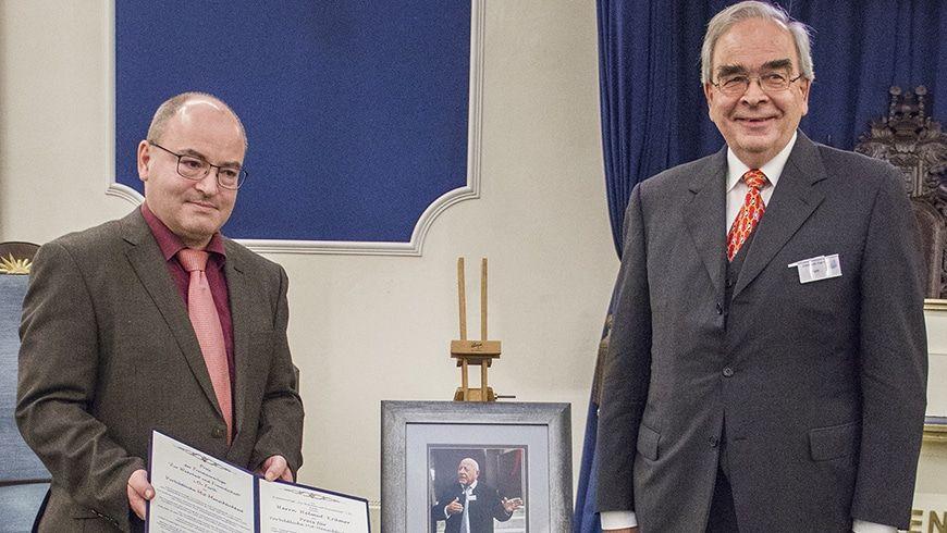 Dr. Reiner Krämer (l.), nimmt an Stelle seines verstorbenen Vaters die Ehrung von Stuhlmeister Br. Frank Emmerich entgegen.