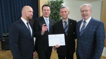 Stuhlmeister Mike Morris, Bürgermeister Matthias Neulich, Herr Plot, Altstuhlmeister Lutz Dietrich bei der Scheckübergabe