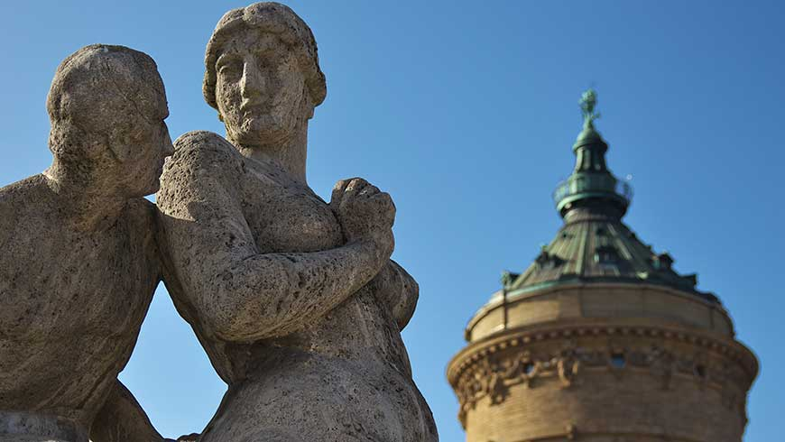 Steinfiguren am Wasserturm in Mannheim Foto: andreaskoch02 / Adobe Stock